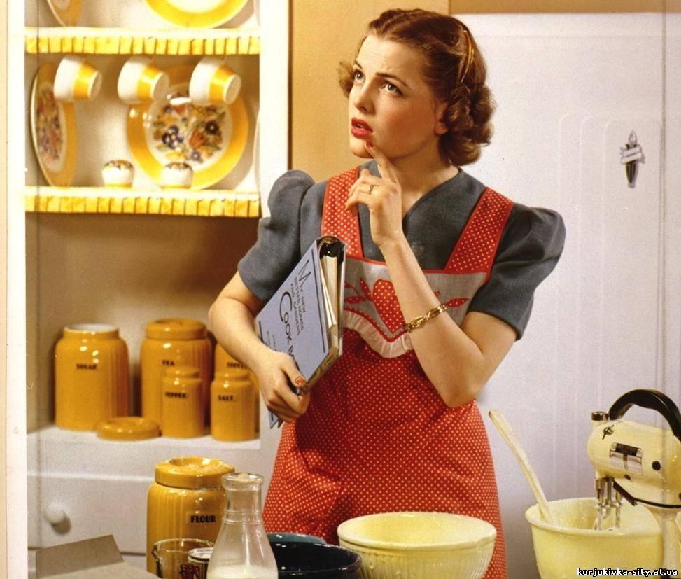 девушка в прозрачном халатике на кухне готовит кушать скачать фото